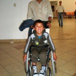 Juan-freut-sich-sehr-ueber-den-Rollstuhl